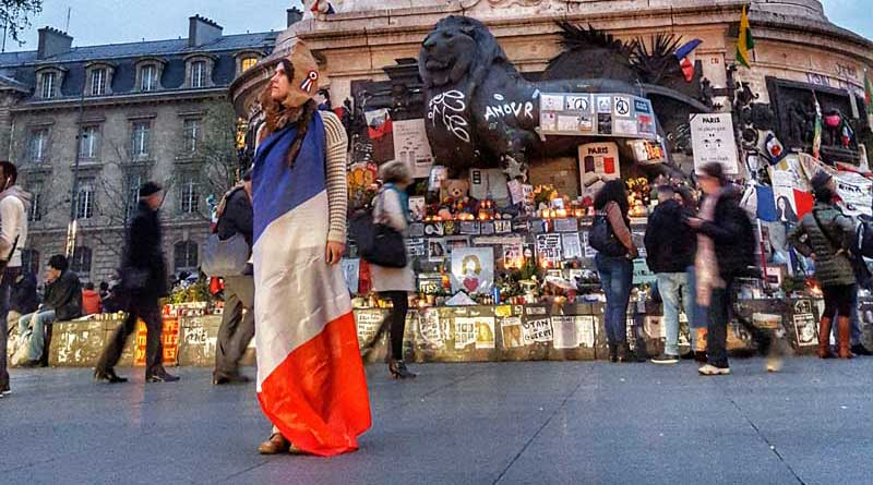 Marianne devant la statue