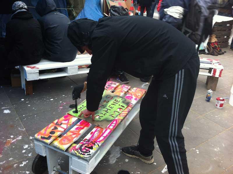 Du street art sur les bancs de Nuit Debout