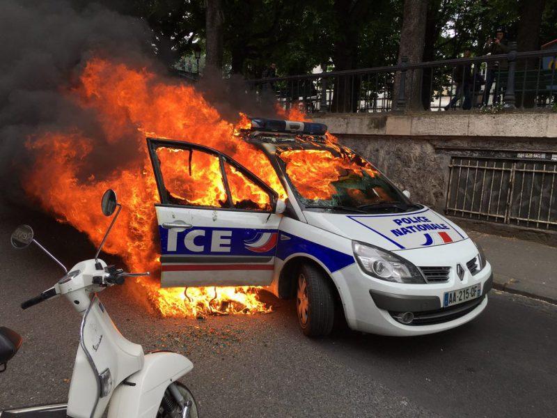 Voiture de police brûlée