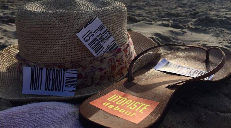 Les tongs et le chapeau des Nuitdeboutistes à la plage.