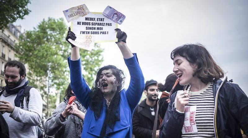 Youlie lors d'une manifestation contre la séparation du MEDEF et de l'état.