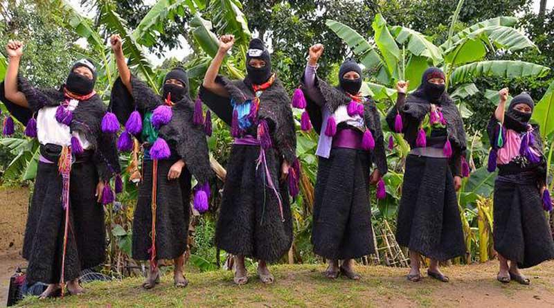 Femmes zapatistes se tenant le poing levé en janvier 2014