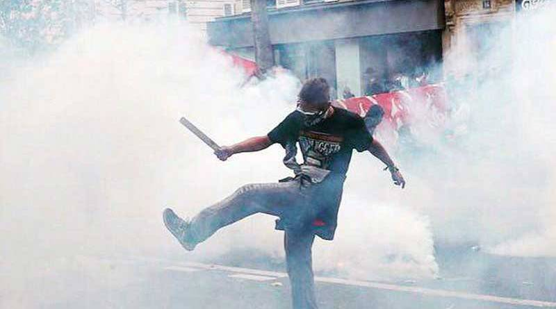 Football avec les bombes lacrymo - la manifestation du 15 septembre