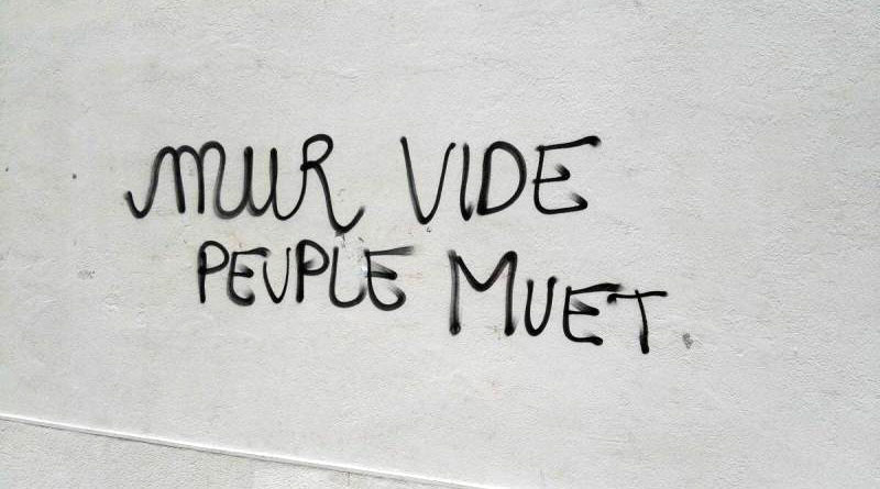 Slogan Mur vide peuple muet