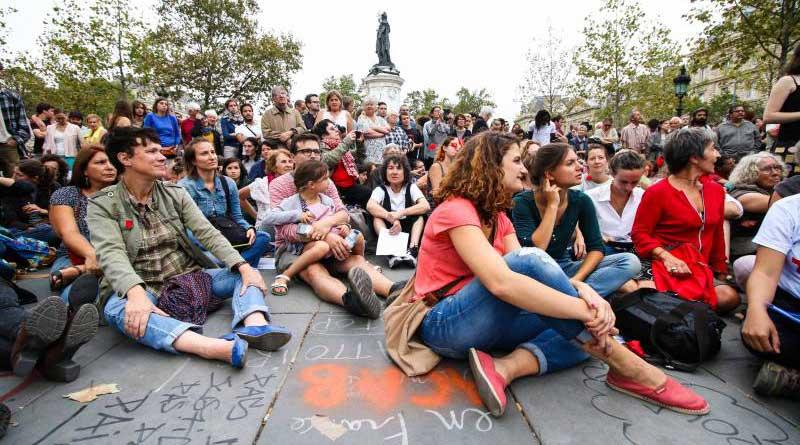 Le public nombreux assiste au concert de l'Orchestre Debout, dimanche 4 septembre 2016 place de la République à Paris.