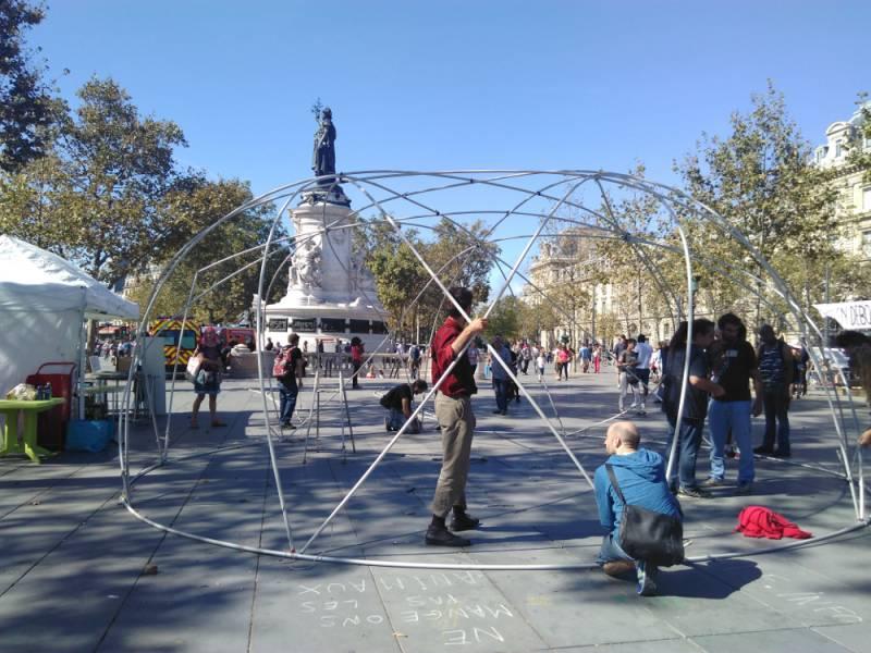 Le montage du dôme en début d'après-midi, samedi 3 septembre 2016, place de la République à Paris | Photo R.G.