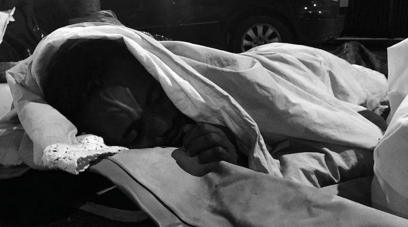 Un exilé dort dans la rue à Stalingrad