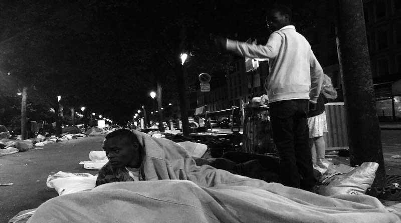 Un exilé dort dans la rue à Stalingrad.