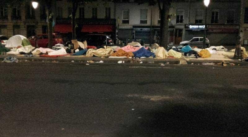 A Stalingrad, les gens dorment à même le sol. Septembre 2016