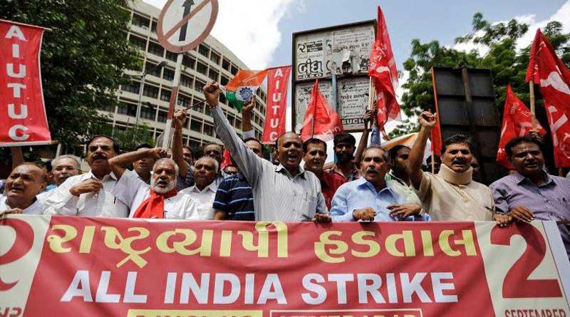 Des travailleurs de différents syndicats crient leurs slogans pendant la grève générale nationale à Ahmedabad, le 2 septembre 2016