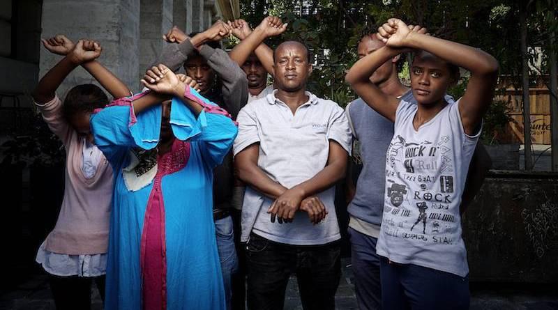 Les bras croisés au dessus de la tête, le signe de la contestation des Oromos contre la politique du gouvernement éthiopien.