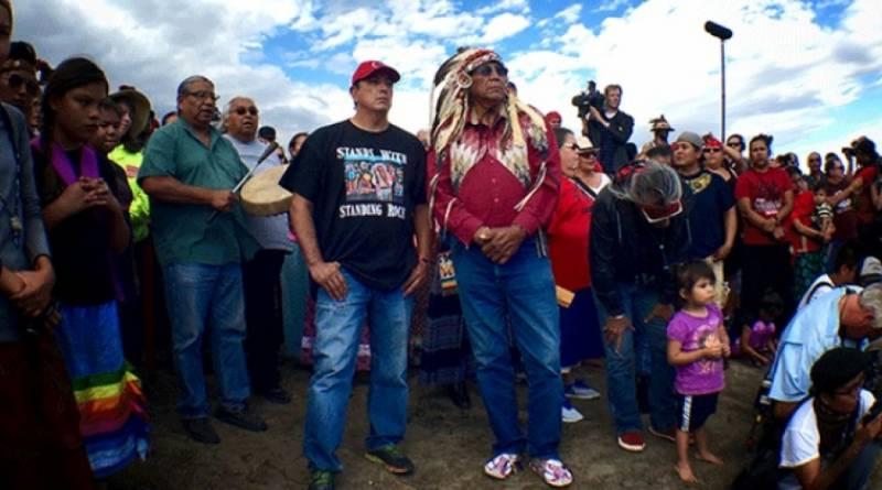 Le président tribal Archambault (à gauche) et le chef Arvol Looking Horse