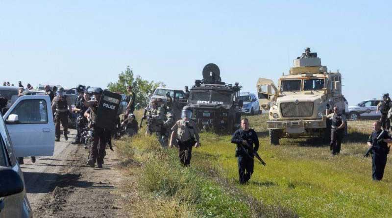 Environ 150 manifestants pacifiques se réunirent près du pipeline et se retrouvèrent face à un impressionnant déploiement de force