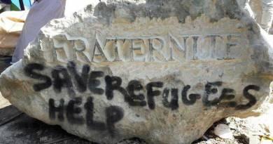 Tailler des pierres pour aider les migrants